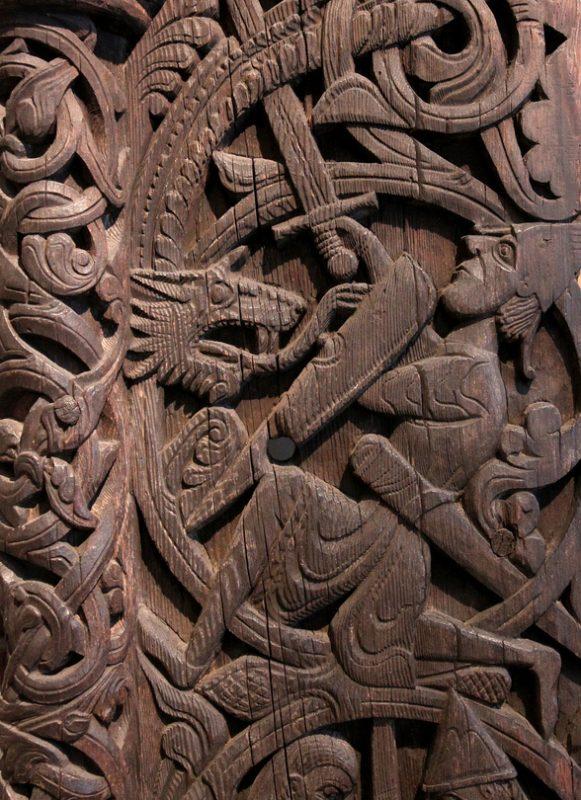 Сигурд убивает дракона Фафнира - деревянная резьба на воротах церкви Хюлестад XIII век. Норвегия