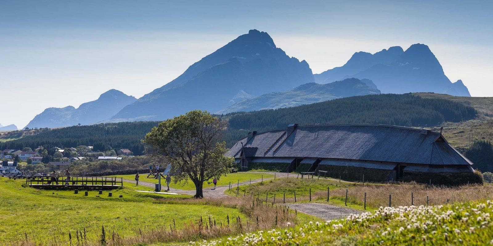 """Большой дом Ярла Музей викингов """"Лофотр"""" Lofotr Viking Museum Фестиваль викингов летом на фоне гор"""