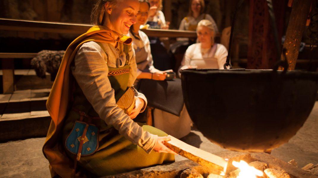"""Ужин в столовой и средневековая пища. Большой дом Ярла Музей викингов """"Лофотр"""" Lofotr Viking Museum Фестиваль викингов"""