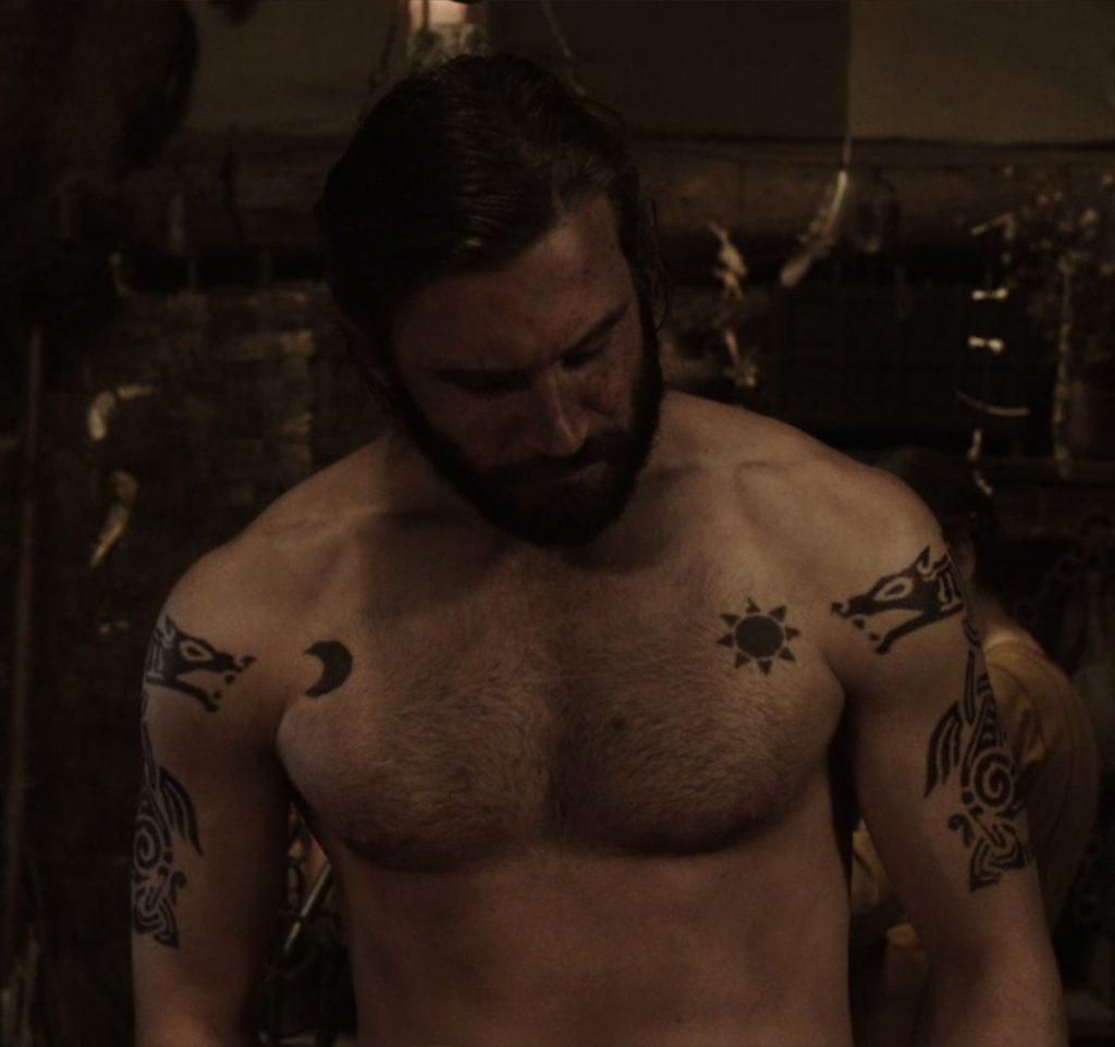 Татуировки Ролло Лодброка из сериала Викинги, Скандинавские татуировки викингов и их рисунки эскизы и артворки, волки Ролло на плечах Месяц и солнце на груди у викинга Ролло