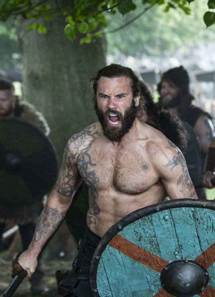 Татуировки Ролло Лодброка из сериала Викинги, Скандинавские татуировки викингов и их рисунки эскизы и артворки, волки Ролло на плечах Месяц и солнце, со щитом