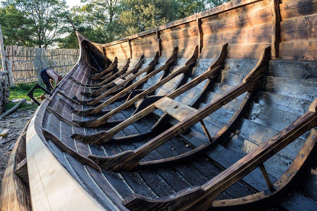 Драккар корабль викингов ладья река деревянное судно щиты на борту парус флаг фьорд каттегат весла корпус основ