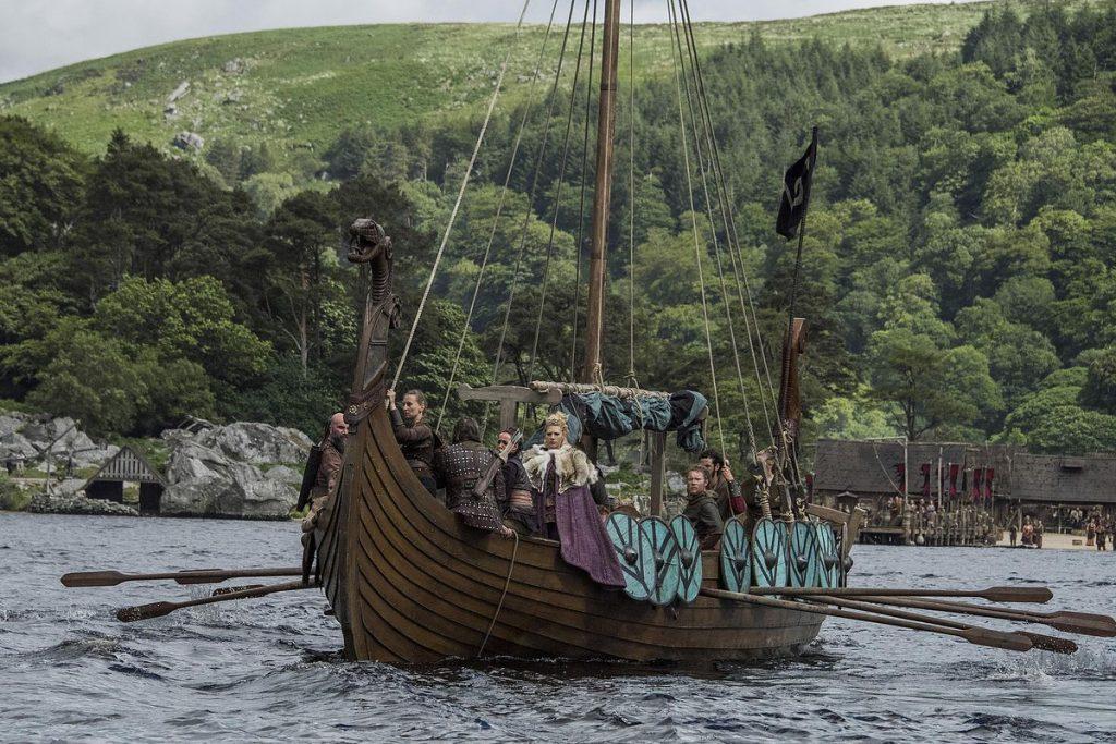 Драккар корабль викингов ладья река деревянное судно щиты на борту парус флаг фьорд каттегат весла