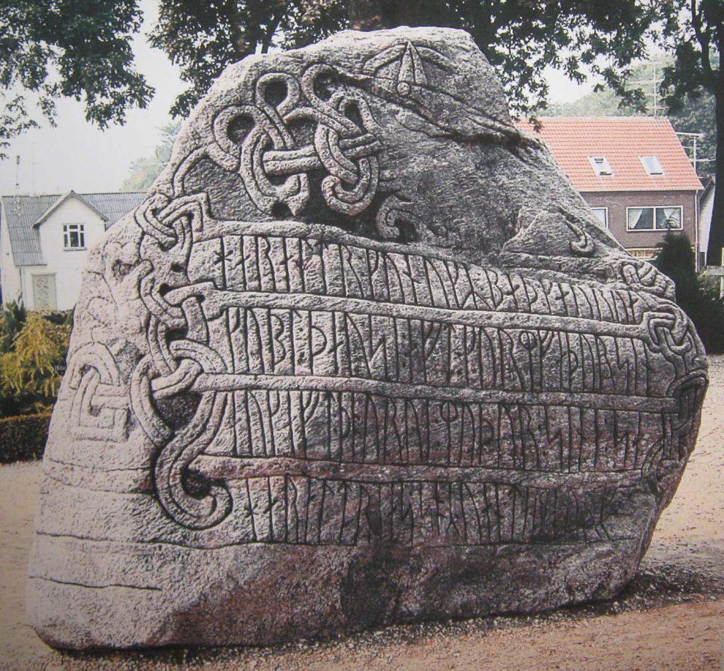 Большой резной рунический камень из Еллинга