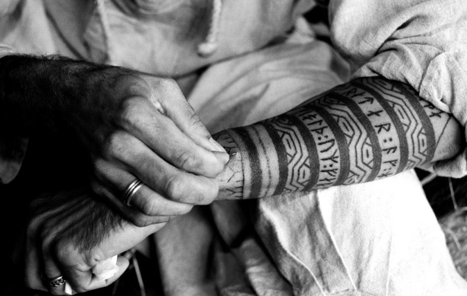 Прокалывание иглой вручную древний способ нанесения татуировки